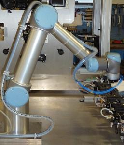 Roboterbasiertes Testautomatisierungssystem MESSINA RS im Einsatz (Foto: Berner & Mattner Systemtechnik GmbH)