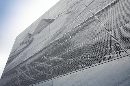 Künstlerische Vorlagen, Zeichnungen oder Fotos können in individuelle, gelochte Fassadenoberflächen umgesetzt werden. (Foto: RMIG)