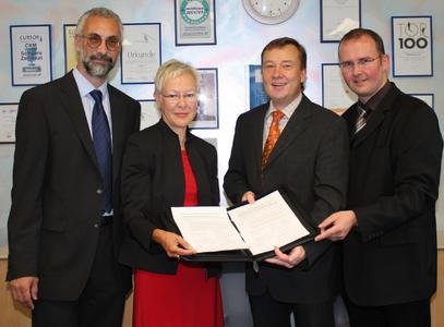 Vertragsunterzeichnung bei CURSOR: Partnerbetreuerin Merja Bohne, Channel OEM Sales IBM Software Group, IMT Germany, freut sich mit den CURSOR-Vertretern