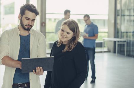 """Auf der Online-Plattform """"thats-it-aalen.de"""" finden Studieninteressierte einen Überblick und Entscheidungshilfen, welcher IT-Studiengang zu ihnen passt © Hochschule Aalen   Christian Frumolt"""