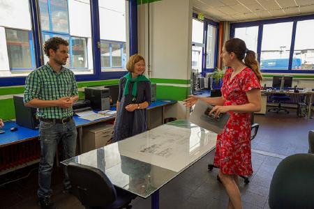v.l.: Tobias Klesel (Technischer Leiter Ausbildung Pfleiderer Neumarkt GmbH), MdL Margit Wild, Bettina Karg (Leiterin Ausbildung Europoles GmbH & Co. KG)