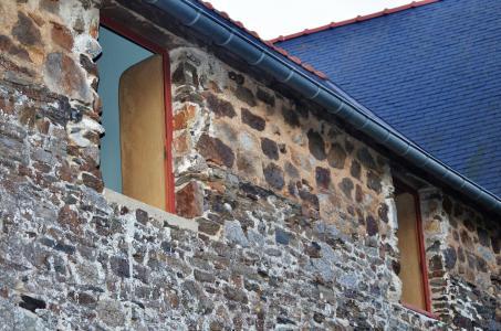 Fensterrahmen und -stürze des Gästehauses bestehen aus 250 Jahre altem Eichenholz. Foto: Achim Zielke
