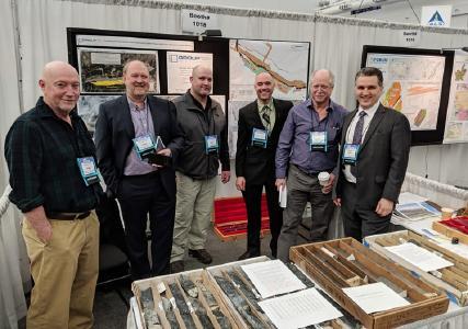 Das Team von Group Ten vor Bohrkernen von Stillwater West; Foto: Group Ten Metals