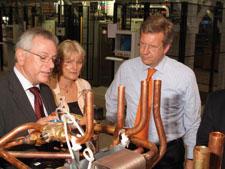 Geschäftsführer Rudolf Sonnemann, Inge Stiebel und Ministerpräsident Christian Wulff (von links) bei STIEBEL ELTRON zur Eröffnung der größten Wärmepumpenfabrikation Mitteleuropas.