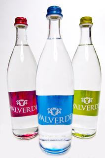 Valverde-Flaschen des italienischen Unternehmens Spumador. Sie sind in den Größen 500ml, 750ml und 1000ml erhältlich. Das besondere der schlichten Glasflasche ist das reine, transparente Weißglas mit ebenmäßiger Form und elegantem Hals