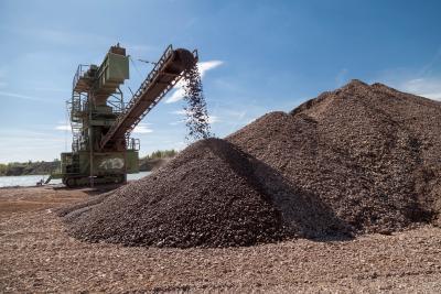 Rohstoffe wie hier Kies können dann gefördert werden, wenn der Bedarf gefördert werden.