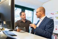 Sie besprechen die Zukunft: Julian Fröhlich (rechts) im Austausch mit Stefan Perler, Leiter ICT-Betrieb und Infrastruktur BKW Building Solutions AG.