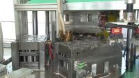 Bild 2: Ansicht des Spritzgießwerkzeugs auf dem Drehteller der Spritzgießmaschine. (Quelle: IFK Automation, Balingen)