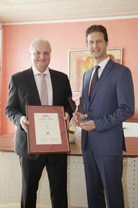 Martin Seitz (li.), 1. Bürgermeister der Gemeinde Gerolsbach, nahm die Auszeichnung von Stefan Detig, Partner bei der LKC-Gruppe, im Gerolsbacher Rathaus entgegen