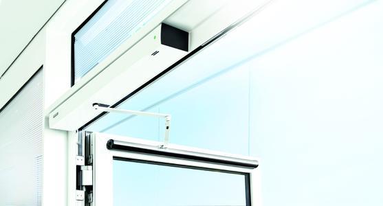 Sicher und ästhetisch: Der GEZE Slimdrive EMD-F/R ist ein Design-Highlight mit nur sieben Zentimetern Bauhöhe und vereint Antrieb und Rauchschalter unter einer Anbauhaube / Bildrechte: GEZE GmbH