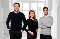 Heimkapital, die Immobilienplattform mit innovativen Finanzprodukten aus München, hat ihre Seed-Runde erfolgreich abgeschlossen. Die Finanzierungsrunde wurde von einem ausgewählten Netzwerk mit Business Angels aus der Immobilien- und Finanzbranche getragen. Das erste Produkt von Heimkapital ist der Immobilien-Teilverkauf für die Generation 60+. Das Bild zeigt das Gründer- und Management-Team von Heimkapital (v.l.n.r.): Dimitrij Miller, Julia Schabert und Benedikt Wenninger. (c) Heimkapital