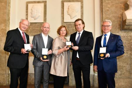 "Dr. Manfred Wittenstein, Chairman of the WITTENSTEIN SE Supervisory Board, is presented with the Rudolf Diesel Medal 2019 for the ""Most Sustainable Innovation"". He is shown here on the right together with the winners in the other three categories: Klaus Eisert (Phoenix Contact GmbH & Co. KG, ""Most Successful Innovation""), Martin Verg (GEOlino, Gruner + Jahr GmbH, ""Best Media Communication""), Stefanie Herrmann and Thorsten Rudolph (AZO Anwendungszentrum GmbH Oberpfaffenhofen, ""Best Media Communication""), Stefanie Herrmann and Thorsten Rudolph (AZO Anwendungszentrum GmbH Oberpfaffenhofen, ""Best Innovation Support"")/ Photo: Daniel Hinz, A.P.I."