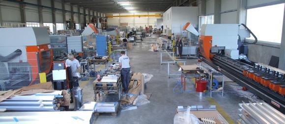 Die neue rund 4.000 qm große Halle für die Aluminiumprofil-Bearbeitung. Ein großer Maschinenpark mit elumatec-Stabbearbeitungszentren und elumatec-Sägen erlaubt die genaue und schnelle Bearbeitung von langen und kurzen Teilen.
