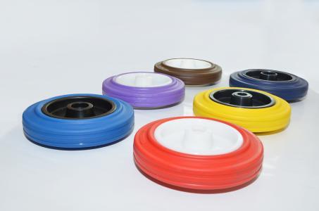 Die schadstofffreien STPK-Rollen kann TORWEGGE in allen RAL-Farben produzieren (Foto: TORWEGGE)