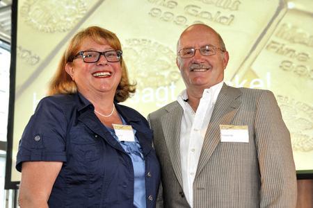 Jutta Fink, Heraeus Materials Technology (Hanau) und Friedrich Bär, Heraeus Dental (Hanau) wurden für jeweils 40 Jahre Firmenzugehörigkeit gewürdigt