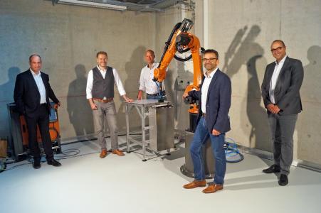 Cevotec's SAMBA Pro System @ MRM Augsburg. F.l.t.r.: Prof. Dr.-Ing. André Baeten (Augsburg University of Applied Sciences), Thorsten Gröne (Cevotec), Arne Muncke (Cevotec), Prof. Dr.-Ing. Dietmar Koch (Augsburg University), Prof. Dr.-Ing. Neven Majić (Augsburg University of Applied Sciences)
