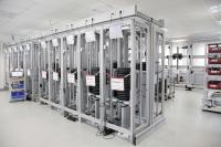 In seinem Prüflabor führt RK Rose+Krieger umfangreiche Tests in allen Produktbereichen durch – im Vordergrund Prüfstände für elektrische Hubsäulen
