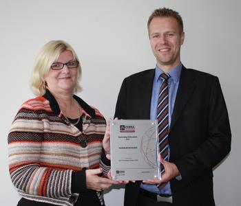 Zebra Awardübergabe Elisabet Ek, Zebra Regional Sales Manager Nordics & Baltics, Freddie Halvardson, Manager IM DC POS Nordic & Baltic region