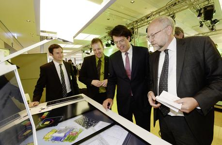 No cables, no paper –  but instead a desk with a huge integrated touch screen: That's what the workplace of the future will look like. From left: Nikolay Dreharov and Achim Pross (both Fraunhofer Institute) demonstrated a range of technical options to Klaus Rosenfeld, CEO of Schaeffler AG, and Dr. Heinrich Schäperkötter, Senior Vice President Innovation Strategy, Innovation Management and Research Funding