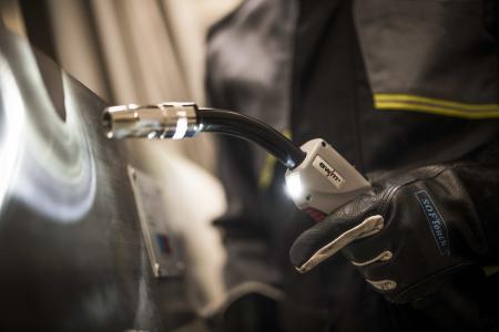 Die LED-Beleuchtung des neuen PM-Brenners von EWM bringt Licht auch in dunkle Werkstückbereiche. Sie aktiviert sich automatisch bei Brennerbewegung