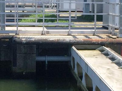 Überdimensionale Sicherheitsstoßdämpfer im Anstoßbalken in Maasbracht (NL) bremsen bis zu 4.000 t schwere Schiffe bei einer Anfahrgeschwindigkeit von maximal 0,5 m/s und schützen die dahinter liegende Schleusentür
