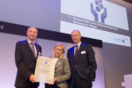 """Ina Vrancken and Burkhard Anders from 3M received the first price of the VCI Responsible Care competition for the project """"Up-Cycling of fully fluorinated polymers – Circular Integration to closing the loop"""" on 29th of September 2017 in Frankfurt. Copyright: VCI"""