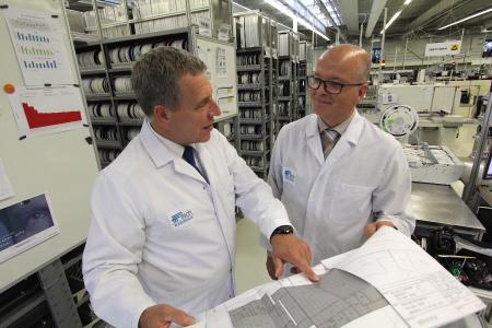 Mit klarem Plan aufs neue Ziel: Die beiden Fritsch-Geschäftsführer, Dr. Jost Baumgärtner (links) und Matthias Sester, sind sich einig, das EMS-Unternehmen mit hoher, selbst auferlegter Fertigungsqualität in die Zukunft zu führen. Grundlage dazu war die EN ISO 13485-Zertifizierung, die gesetzliche Vorgabe zur Fertigung für medizintechnische Produkte.