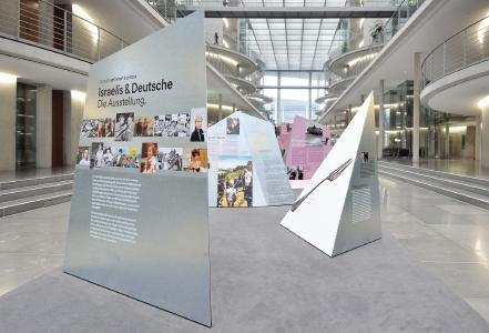 """Deutscher Verzinkerpreis 2017: Eine Anerkennung der Kategorie Metallgestaltung ging an Lendler Ausstellungsarchitektur für die Wanderausstellung """"Israelis & Deutsche""""."""