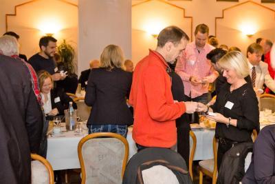 Reger Austausch zwischen den BNI-Mitgliedern und ihren Gästen kennzeichnet die Besuchertage. Auf insgesamt 15 Terminen zwischen Stuhr und Hamm und von Rheine bis Minden werden regionale Unternehmen angesprochen und mit dem Empfehlungs-Netzwerk vertraut gemacht - Foto: Simone Reukauf, foto44