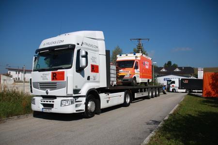 Die R-TRUCKS Sattelzugmaschinen transportierten bei Breslau Balkan 2012 unter anderem das Rettungsgerät der Rallye