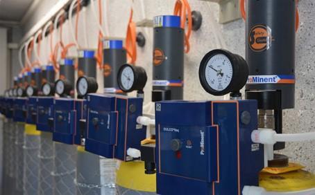 Elektrisches Not-Abschaltsystem mit automatischer Chlorgasabschaltung für zusätzliche Sicherheit von Personal und Equipment. Auch bestehende Chlorgaseinrichtungen lassen sich problemlos nachrüsten. Die Montage und Demontage erfolgt ohne Werkzeug und ist für nahezu alle Ventiltypen, sowohl bei Flaschen als auch bei Fässern, geeignet.