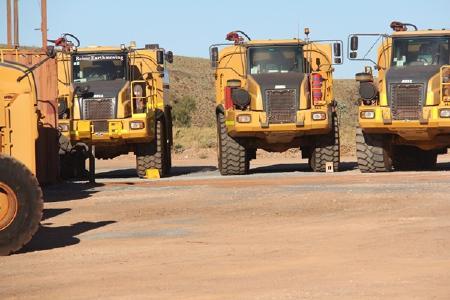 Trucks auf dem Pilgangoora-Projekt; Foto: Pilbara Minerals