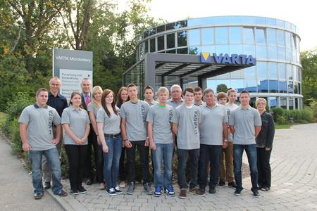 The new VARTA Microbattery trainees with Head of HR Thomas Häußler, Head of Training Richard Baumann, Training Managers Erwin Kosik and Willi Wallkum and acting Chairman of the Works Council Gerlinde Schimmele