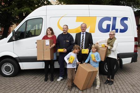 GLS bringt die Bio-Brotbox. Dr. Martin Hermesch, Region Manager Germany North der GLS und Team beteiligten sich an der Verteilung in einer Hamburger Grundschule sowie am gemeinsamen Frühstück