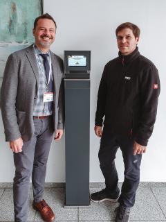 Vorstand Thorsten Böhm und Initiator Frank Tasche präsentieren die erste Stele