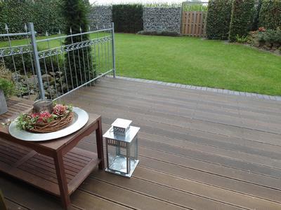 Nur gepflegte Terrassendielen aus Holz sehen einladend aus. Produkte wie der Holz-Tiefenreiniger und der Holz-Entgrauer entfernen Beschichtungsrückstände, Verschmutzung oder Vergrauung, Foto: Remmers Baustofftechnik, Löningen