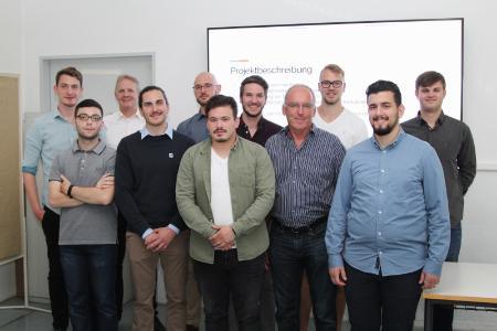 Im Rahmen eines Projekts hatten Studierende der Hochschule Pforzheim die Möglichkeit, Mithilfe von Data Science die Steuerungs- und Fehlerdaten eines Unternehmens zu analysieren. Unterstützung erhielten sie vom Pforzheimer Professor Dr. Joachim Schuler (4.v.r.)