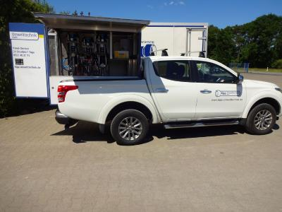 Airless high performance conveying system for 2-K-systems built on pick-up-vehicle