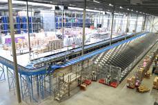 [8089] Nelson's 7,000 m2 Lager hat Platz für 550,000 Schuhpaare und die automatische Sortieranlange kann 5,500 Paare pro Stunde verarbeiten