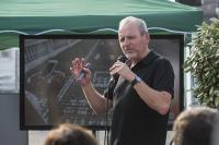 Prof. Dr. Gerald Lembke veranschaulicht in seinem Vortrag im Rahmen des Heidelberg iT-Sommerfestes 2018 in welchen Bereichen des Alltags das Digitale das Soziale bereits verdrängt hat. Foto: Ina Gäde