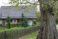 Typischer Anwendungsfall für Dachplatten von LUXMETALL®: ein Siedlungshaus aus den 1950er Jahren. Foto: LUXMETALL