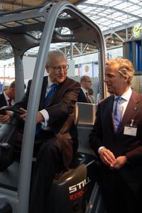 STILL-Geschäftsführer Bert-Jan Knoef (rechts) informiert Bundeswirtschaftsminister Rainer Brüderle (links) über Brennstoffzellen- und Hybridantriebe für Gabelstapler