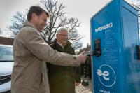 WEMAG-Vorstand Caspar Baumgart (li.) und der Bürgermeister der Stadt Zarrentin Klaus Draeger testen die Ladesäule / Foto: WEMAG/Stephan Rudolph-Kramer