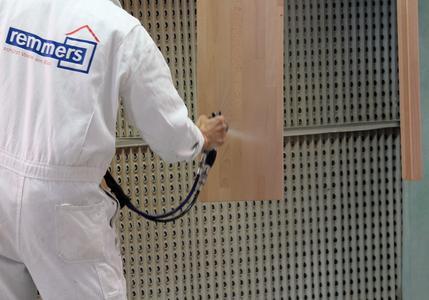 Mit Aqua TL-412-Treppenlack sind hochtransparente Lackfilme bereits nach zweimaliger Applikation möglich (Bildquelle: Remmers Baustofftechnik, Löningen)
