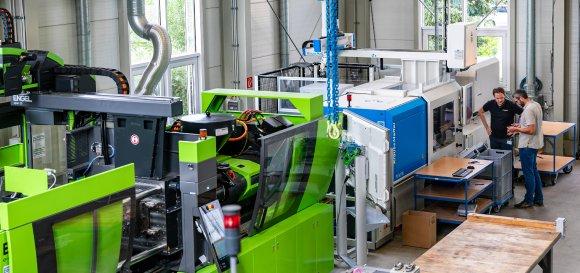 Im SKZ-Technikum in Würzburg laufen die Versuche zum Forschungsprojekt DarWIN auf verschiedenen Spritzgießmaschinen. (Foto: Elke Kunkel Fotografie)