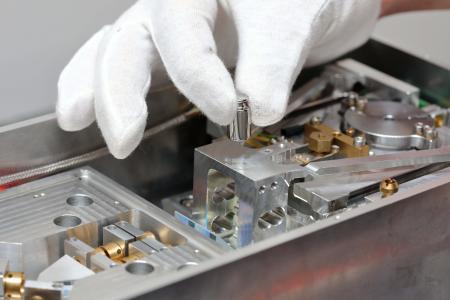 """Die Planck-Waage der TU Ilmenau ist die weltweit erste industrietaugliche Waage für das """"neue"""" Kilogramm. Pünktlich zum Inkrafttreten der neuen SI-Einheit wurde sie nochmals verbessert (© TU Ilmenau)"""
