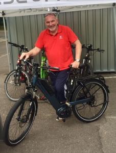 Frank Pauschert bei der Übernahme seines E-Bikes