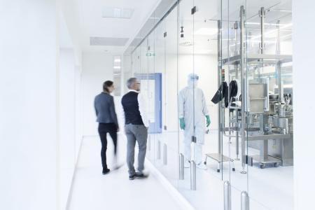 Blick vom Besuchergang in die aseptische Abfüllung im neuen Produktionsgebäude der Rentschler Fill Solutions GmbH. Bild: Rentschler Fill Solutions GmbH/Patrick Säly Photography