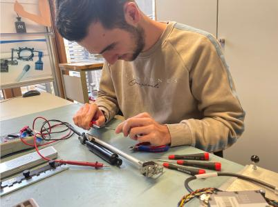 Maximilian Schmitt, Mechatronik-Student der Hochschule Aalen, hat in seinem erfolgreichen Praxissemester gezeigt, dass dünne Drähte eine große Antriebskraft entwickeln können / © Hochschule Aalen   Nina Schaible