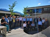 Gut gelaunt unter Innsbrucks Sonne – Teilnehmerinnen und Teilnehmer des CCeV-Thementags 'besetzen' die 3D-Skultpur 'Cohäsion' vor dem Institut für experimentelle Architektur.hochbau